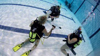 Oefeningen doen tijdens de introductieduik bij Brabantdiving Eindhoven